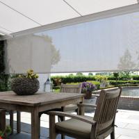 Verblinding door een laagstaande zon tegengaan? Extra privacy creëren om inkijk van buren tegen te gaan? Dan is een knikarmscherm met volant dé ideale oplossing! Een volant is een verticaal scherm welke u handmatig of electronisch kunt bedienen.